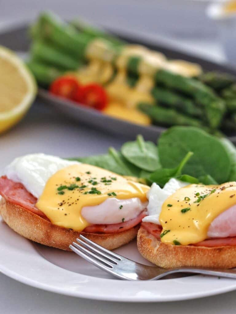 Eggs benedict and asparagus with Thermomxi Hollandaise sauce